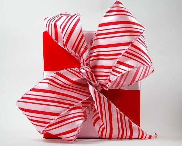 Christmas-Candy-Cane-Gift-Wrap-Pretty-Present